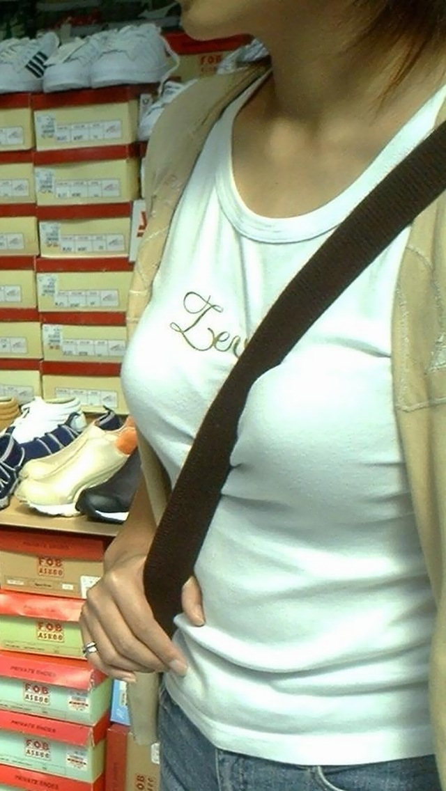 靴屋でパイスラしてる女の子を発見!