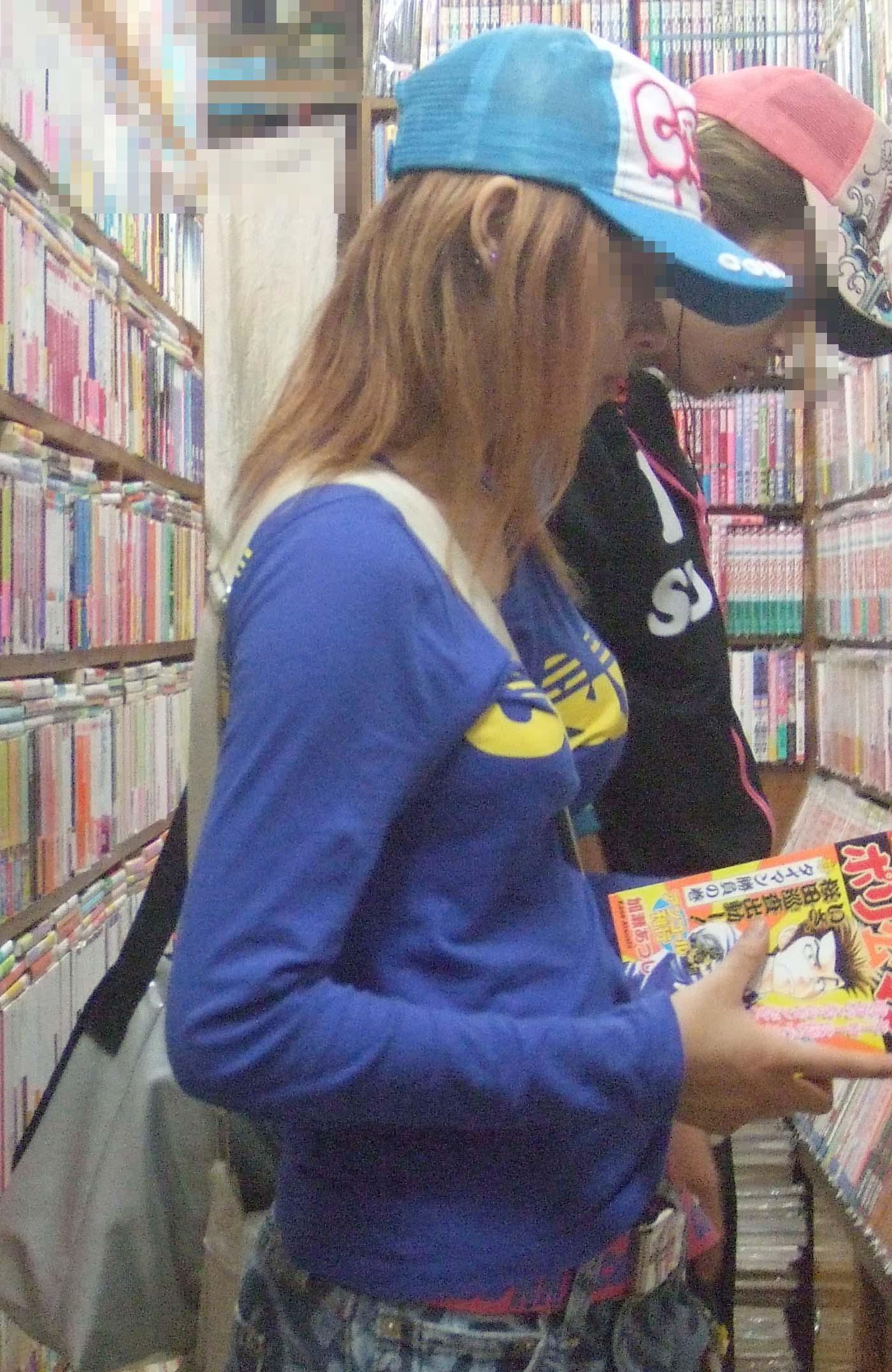 書店でパイスラ女性を見つけ横アングル撮影!