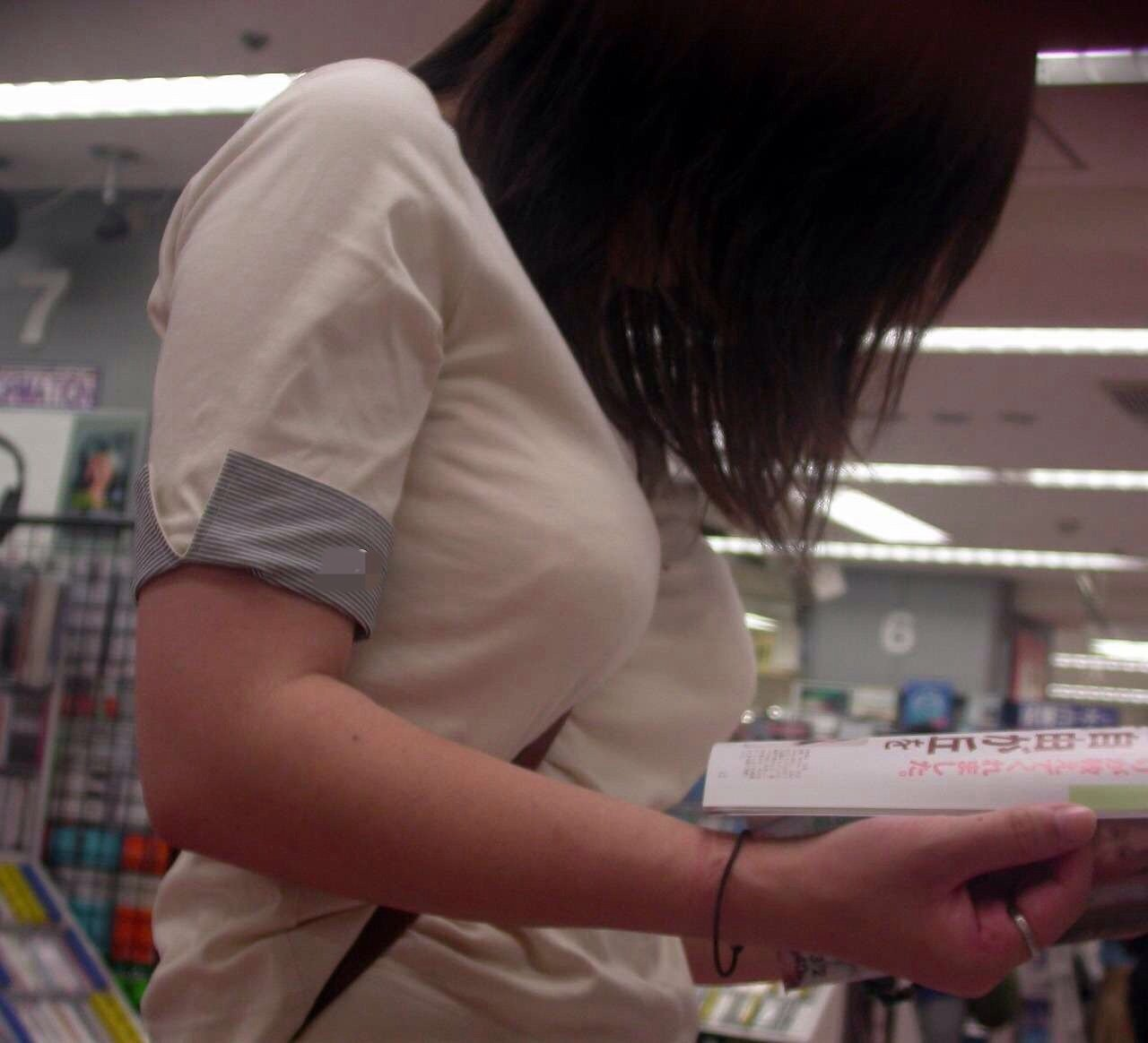 立ち読みしてる女性のパイスラを撮る!