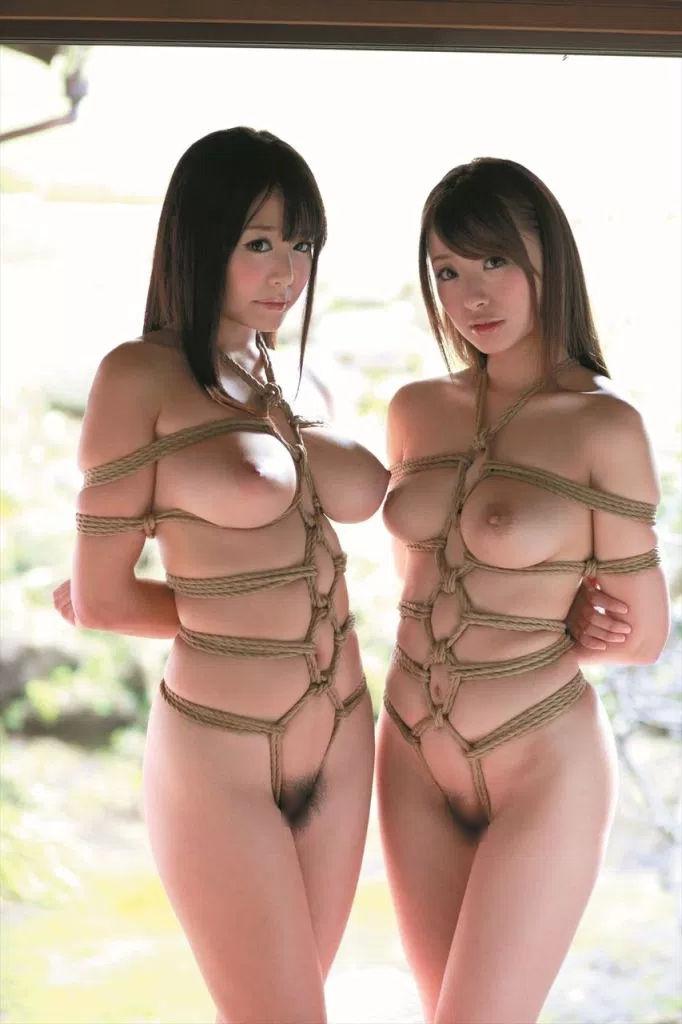 二人の巨乳女性に緊縛している!