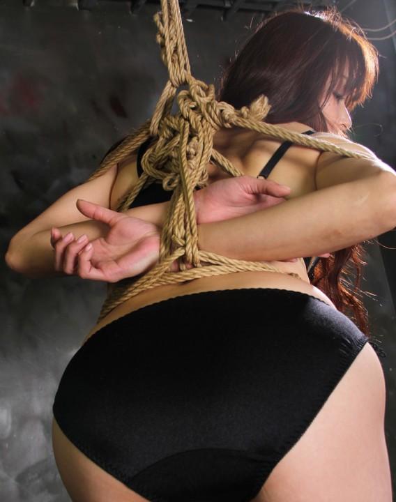 黒色の下着姿で体を緊縛されてるお姉さん!