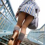 【階段パンチラ盗撮エロ画像】素人女性の後ろから下着をガン見…楽勝で逆さ撮りできた!