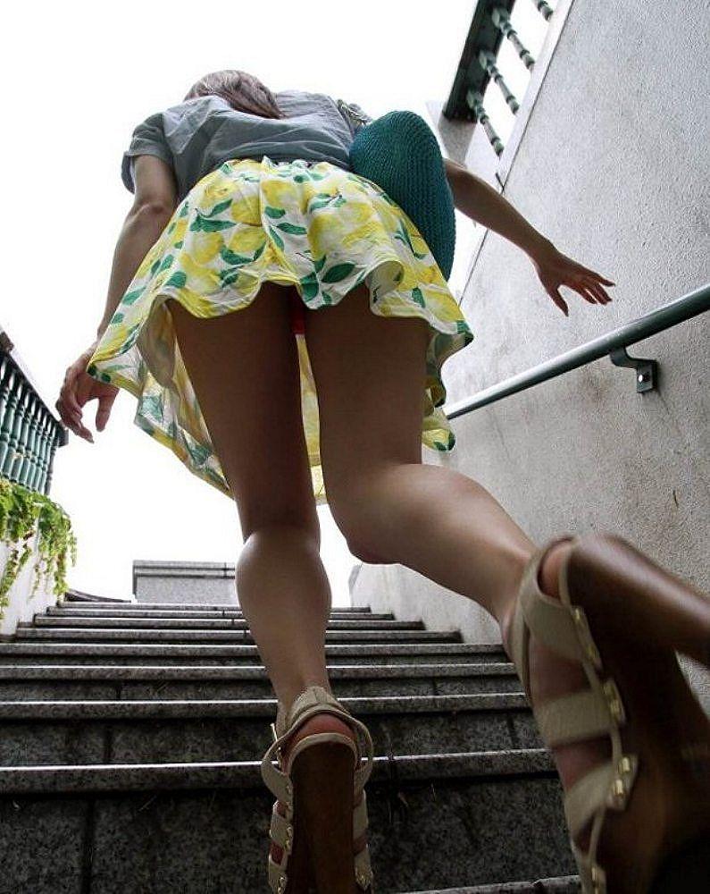 ふわふわスカート内のパンツを逆さ撮り!