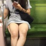 【電車パンチラ盗撮エロ画像】ミニスカ女性の下着が見えて視線を外せなくて困るwww