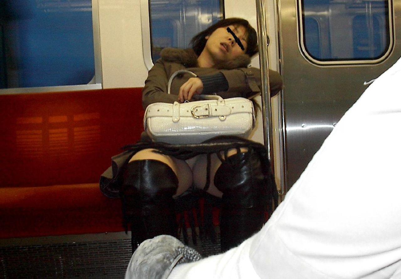 居眠りして大股開いてパンツ丸見え!