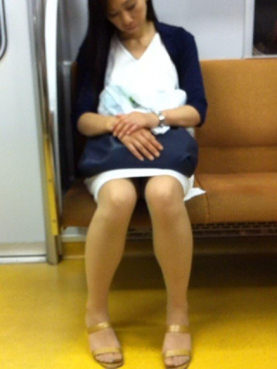 対面座席で寝てるお姉さんのパンツを隠し撮り!