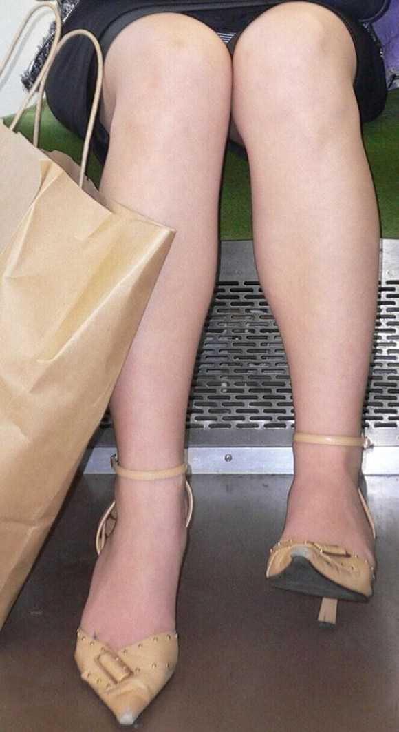 スリム美脚女性のパンチラを盗撮!