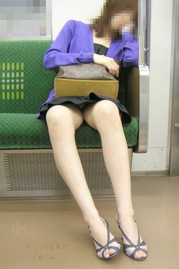電車内で寝てる美女が股を開いてパンチラ!