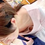 【胸チラ盗撮エロ画像】低姿勢になった素人女性の胸元を上から見下ろしてオッパイを眺めるが堪らない!