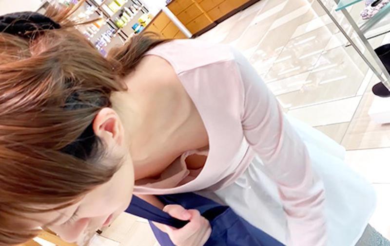 綺麗なお姉さんの前屈み胸チラ!