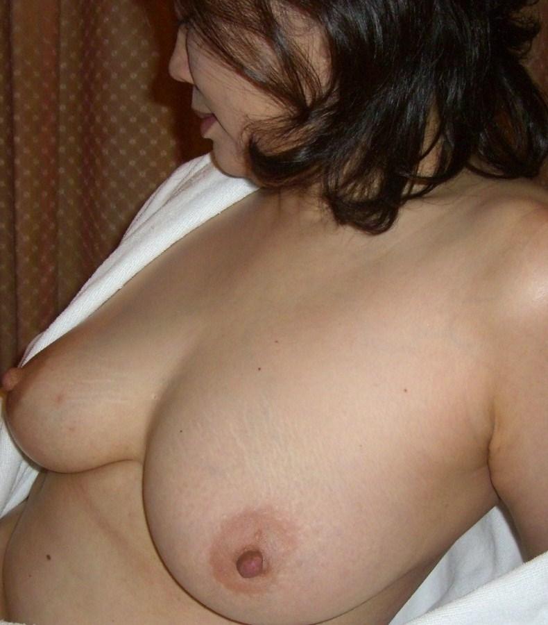 おばさんの大きな垂れ乳をアップで見る!