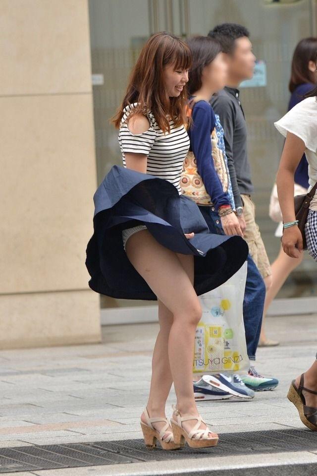 ふわふわスカートが捲れてパンツ見えた!