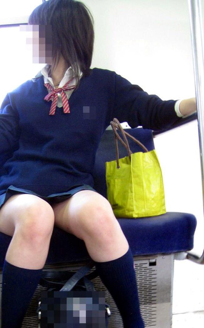 清楚っぽい制服少女の生足を隠し撮り!
