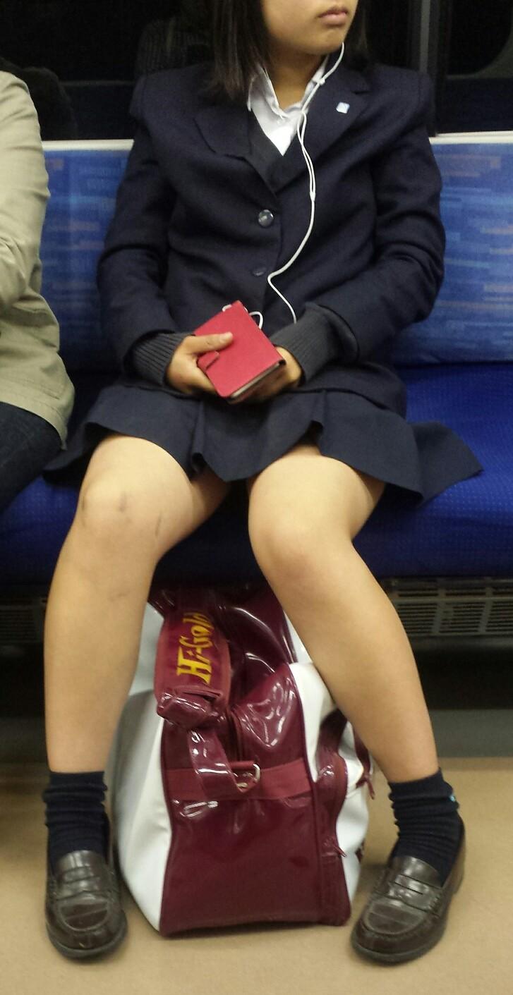 真面目そうな女子校生の生太股を凝視する!