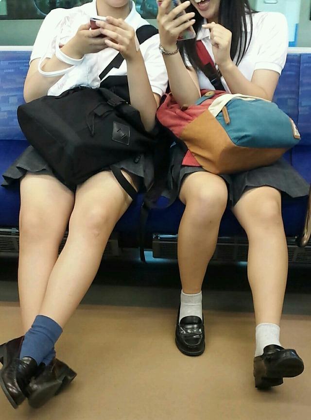 電車内ではしゃいでるJKを隠し撮り!