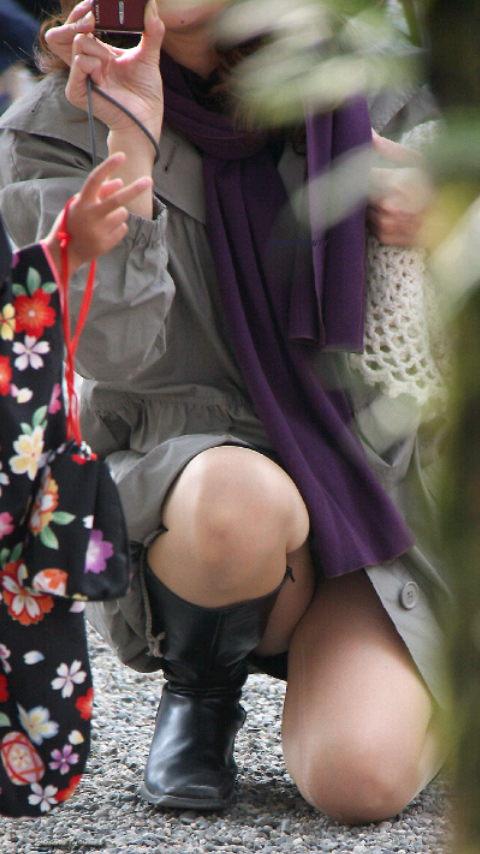 写真撮影する奥様のムッチリ太腿がエロい!
