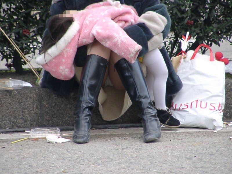 ムッチリ太ももとパンツを堪能して盗撮!