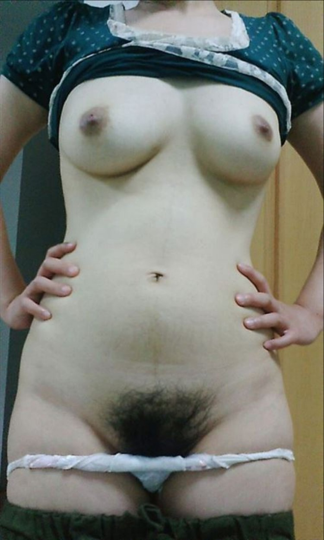 素人娘が陰毛と巨乳を晒して自撮り!