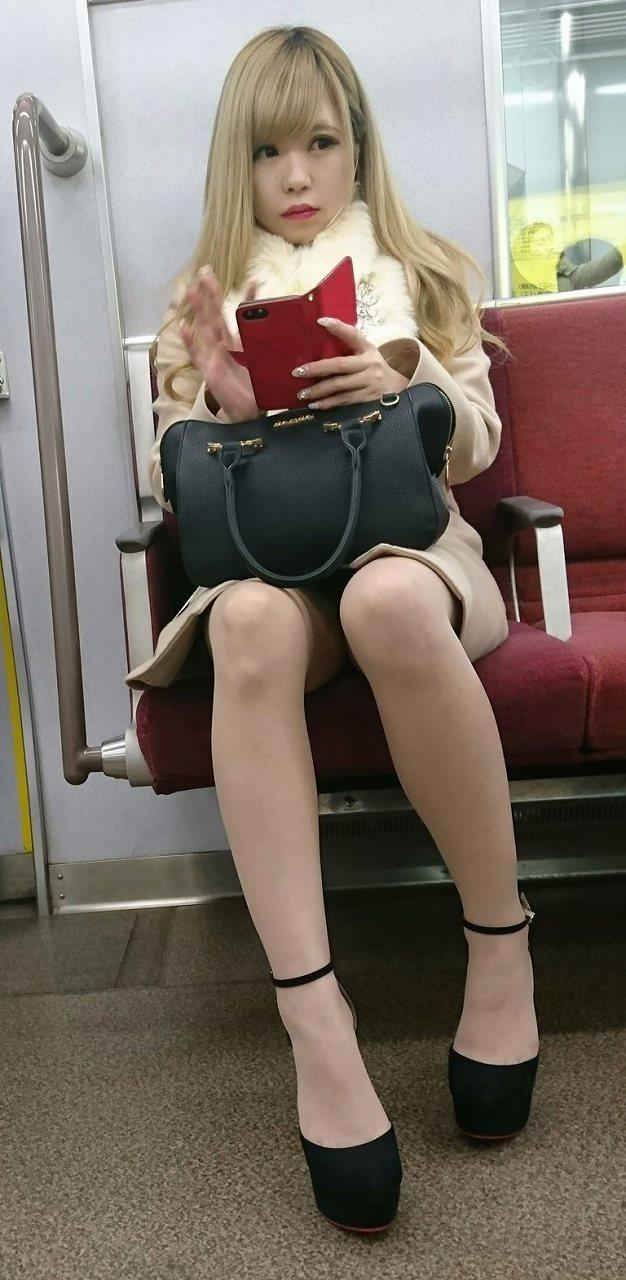 可愛いギャルのスリム美脚を隠し撮り!
