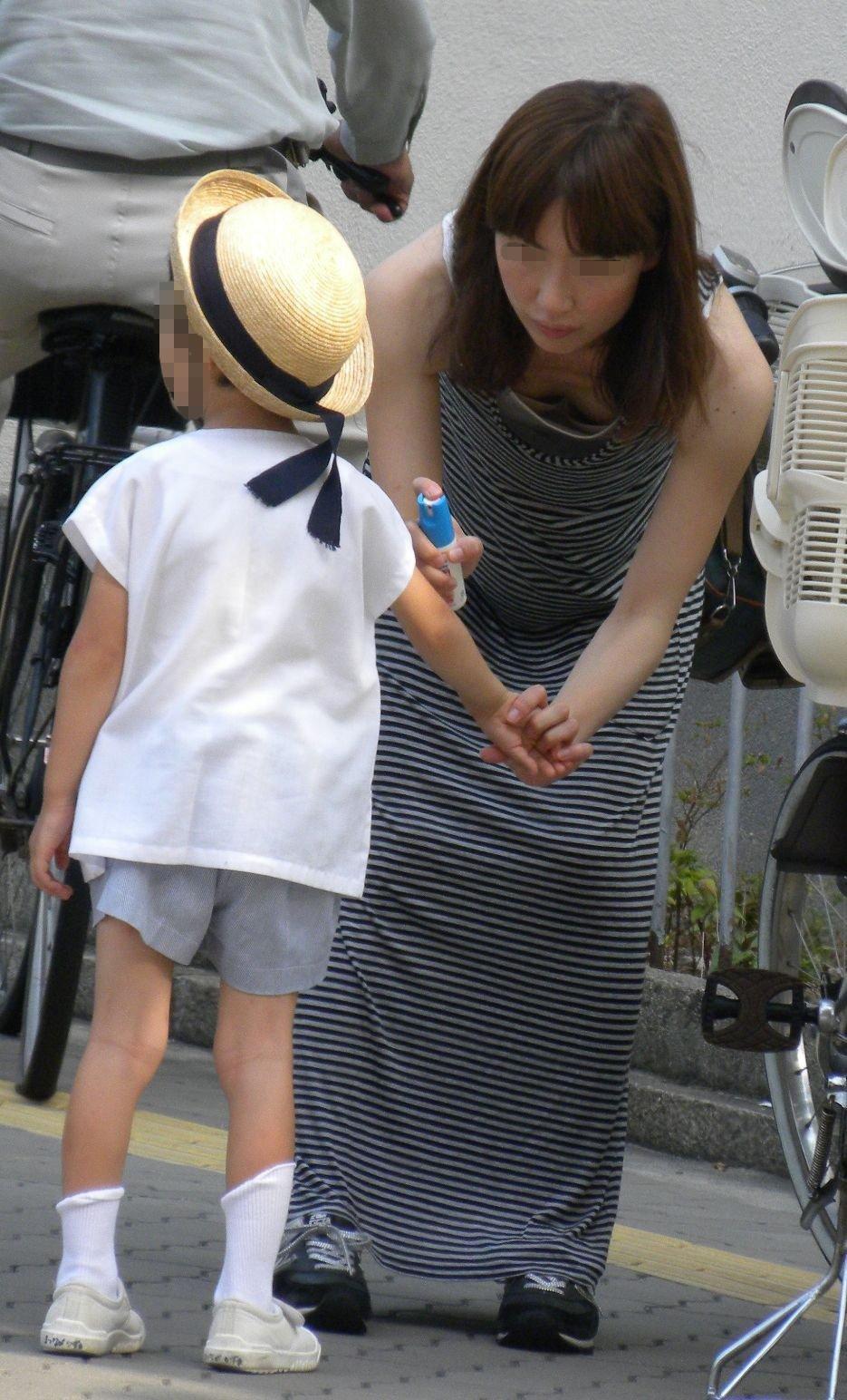 若いママの胸チラをこっそり隠し撮り!