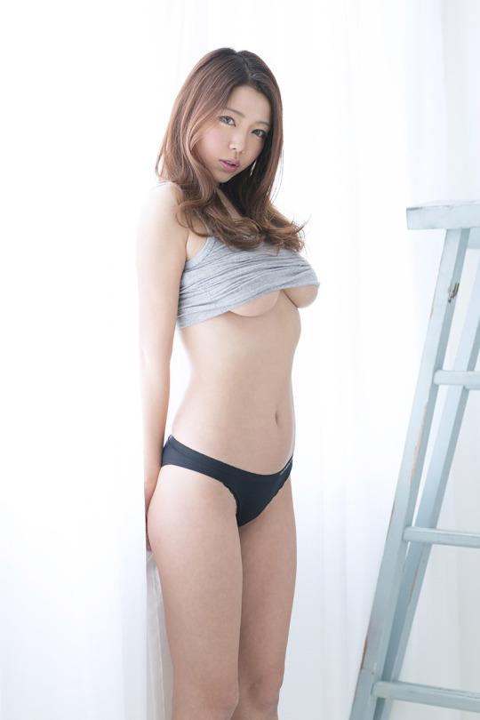 スレンダー美女の下乳に釘付けになる!