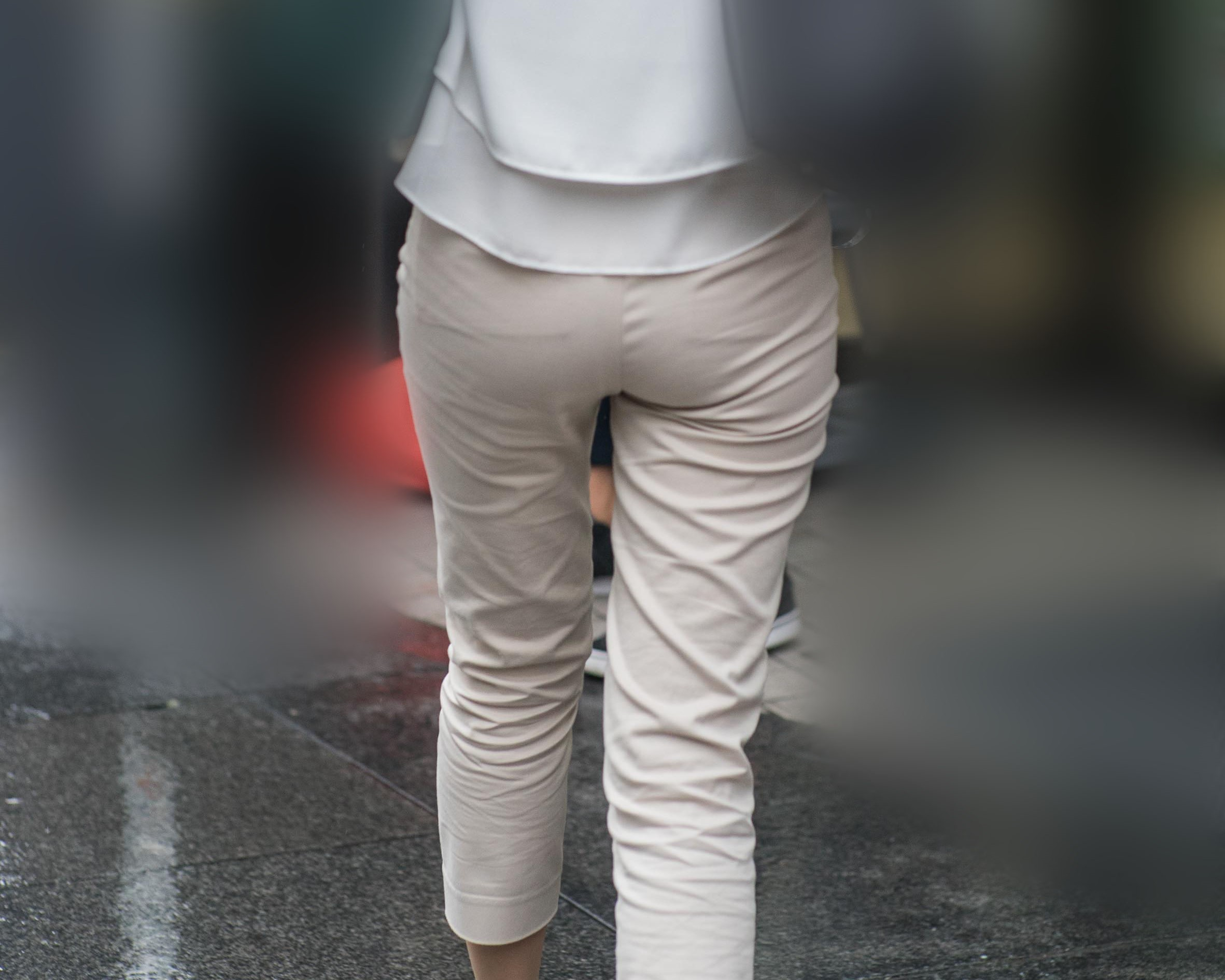 ズボン越しのパンティラインを隠し撮り!