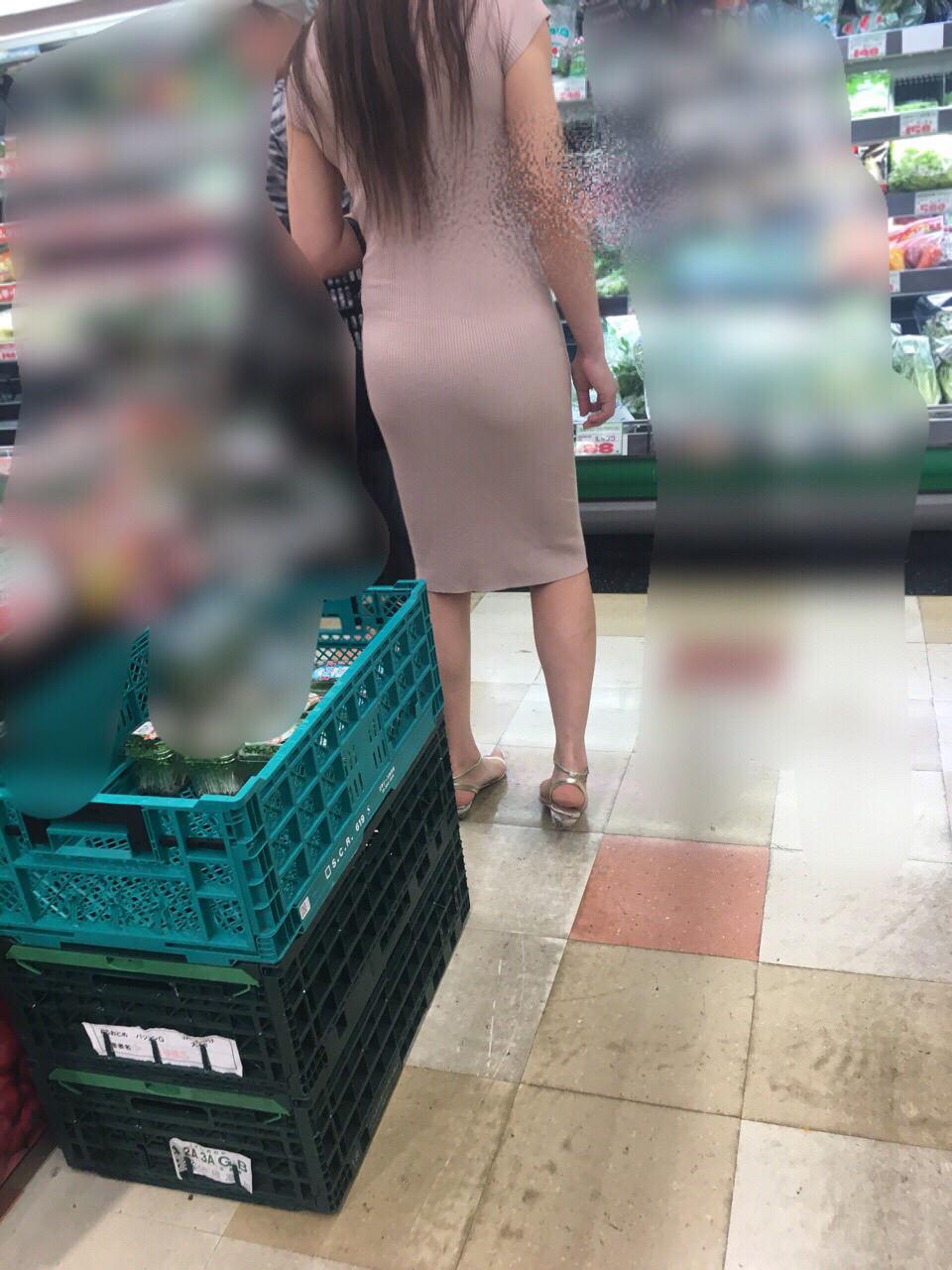 スーパーで透けパンしてる美女を発見!