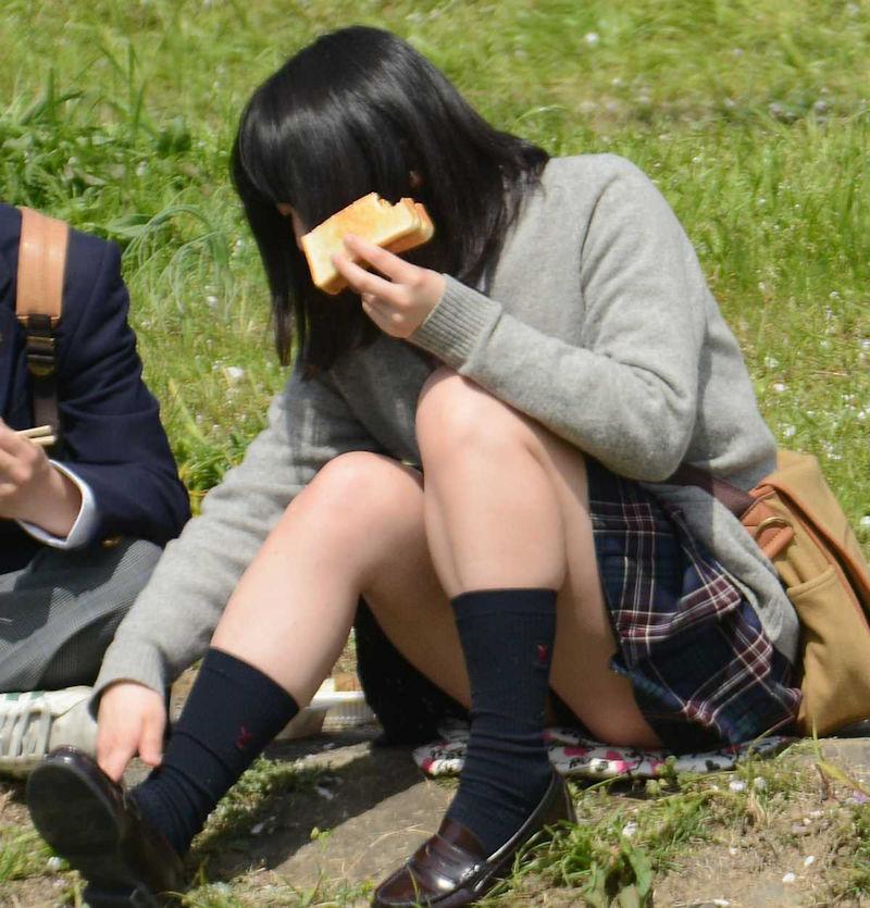 パンを食べてる可愛い女子校生のパンチラ!