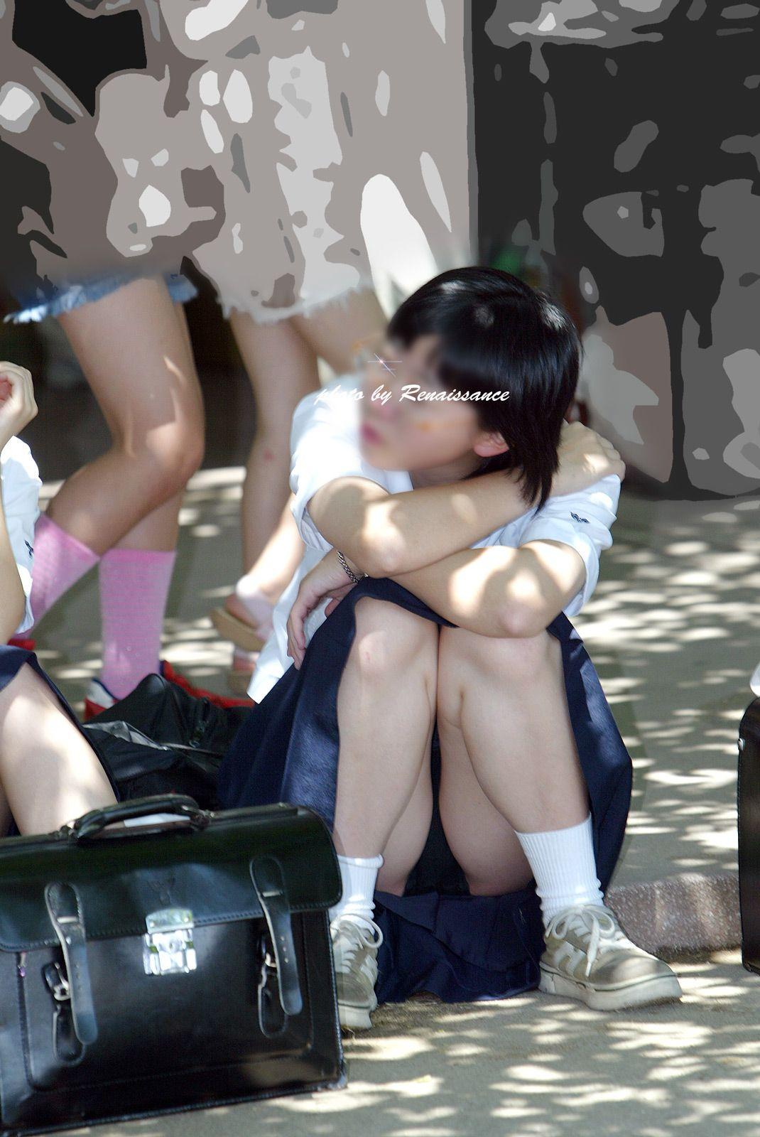 清楚っぽい女子校生のパンツを狙う!