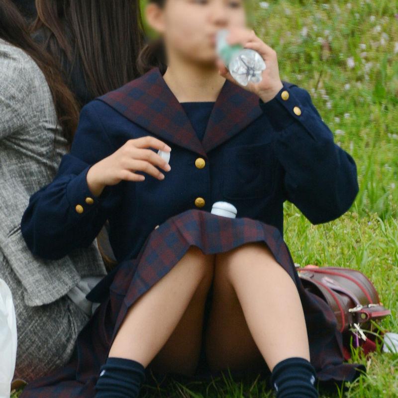 草むらに座ってるJKのクロッチ部分を盗撮!