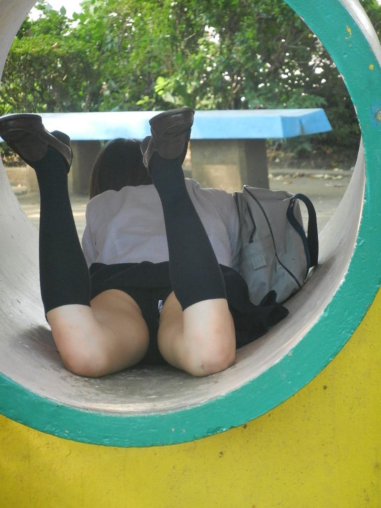 うつ伏せになってる女子校生のパンチラ!