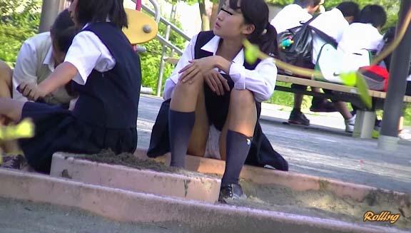 激カワな女子校生のパンツを正面撮り!