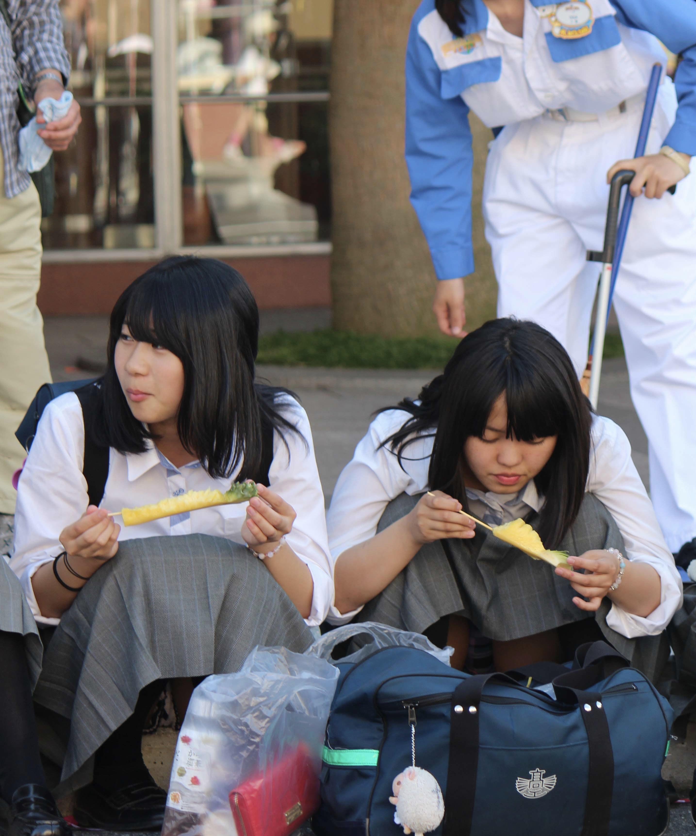 食事してる二人の可愛いJKのパンツを盗撮!