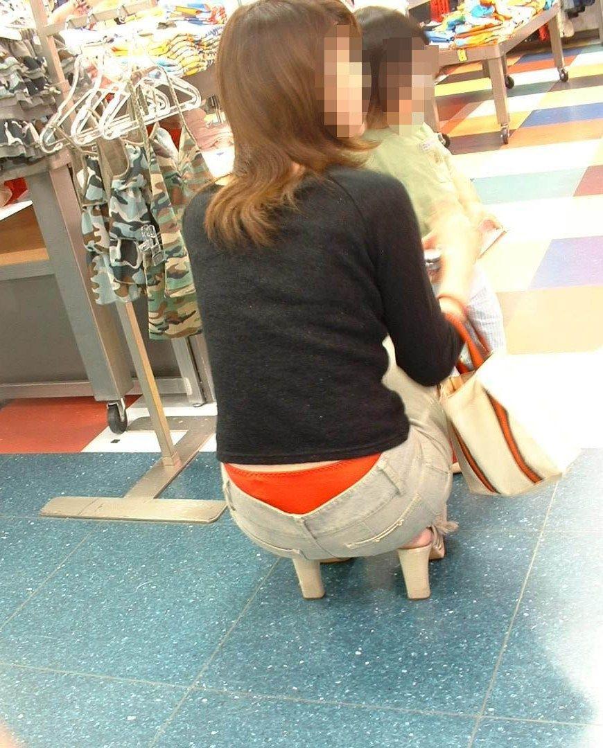 買い物してる人妻のハミパンを隠し撮り!