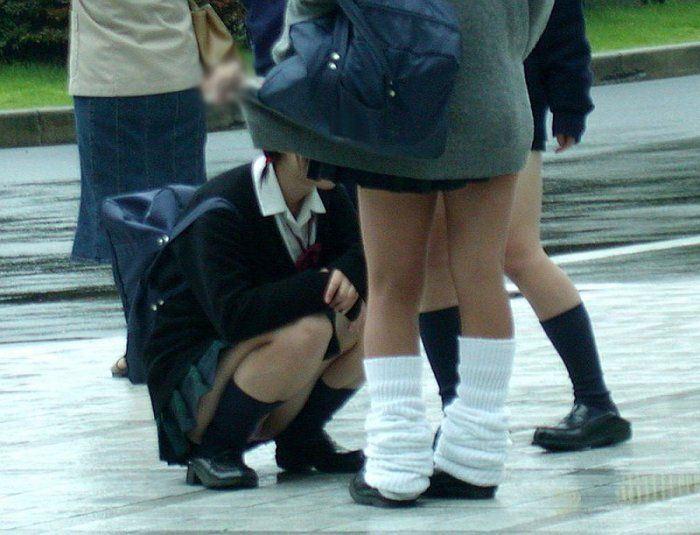 女子校生が自然にしゃがんでパンチラしてる!