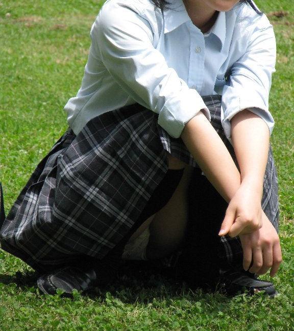 清楚系の制服JKの座りパンチラを隠し撮り!