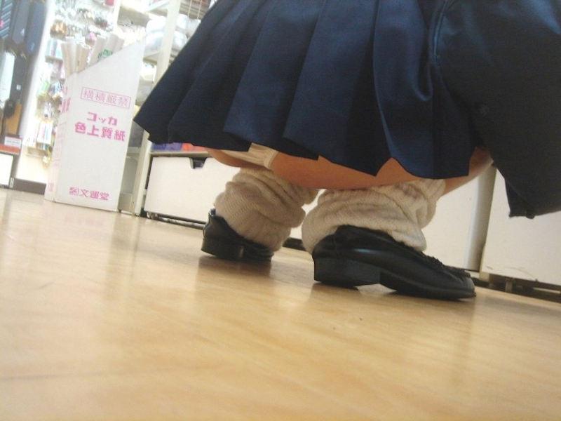 しゃがんでる女子校生の背後から盗撮!