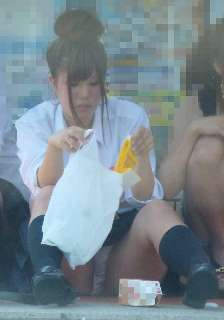 街で座り込んでパンツモロ見えの女子校生!