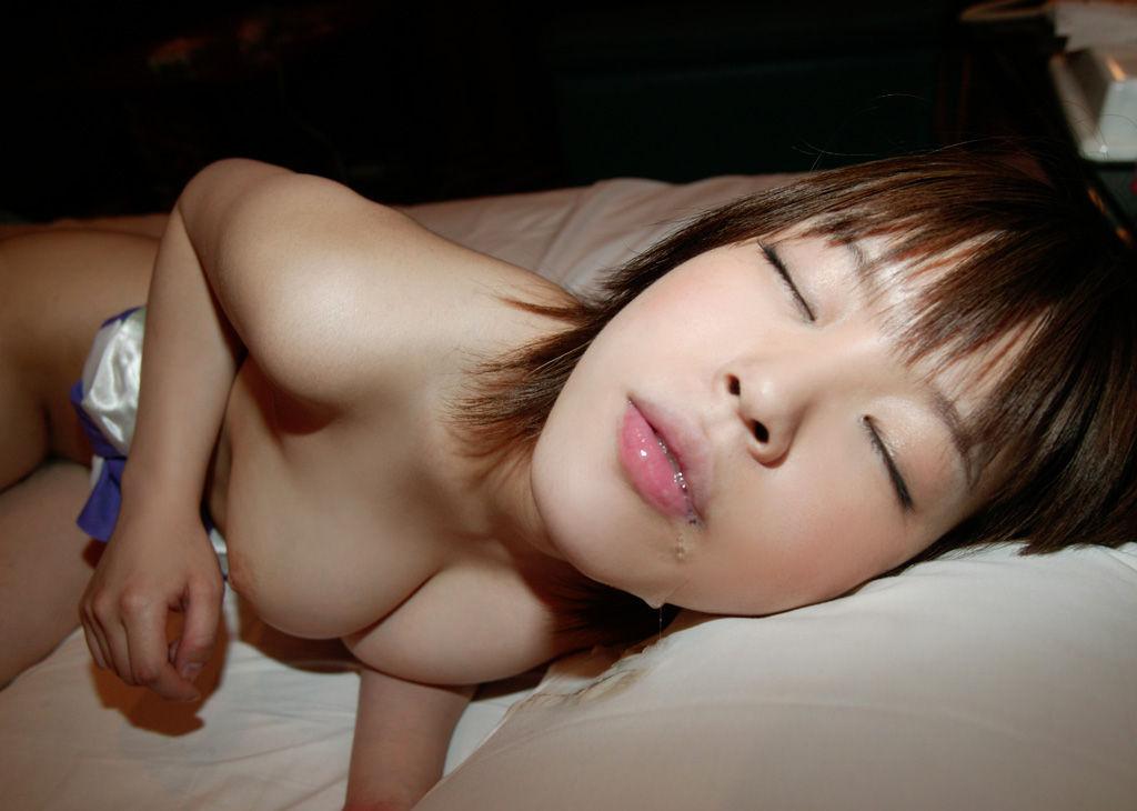 可愛い巨乳女性にザーメンを顔射!