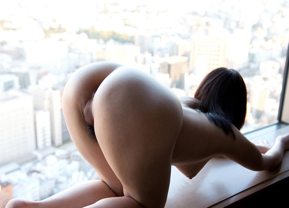 ホテルの窓際でお尻を突き出してる!