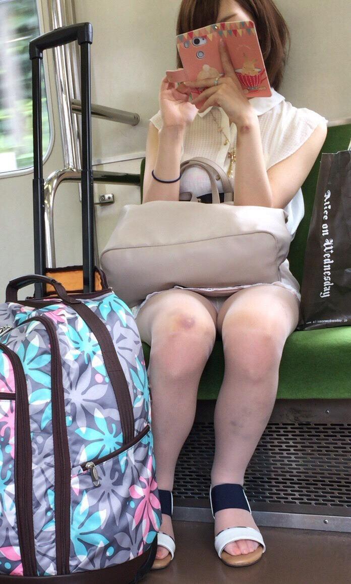 スマホに夢中な美人女性のパンツを盗撮!