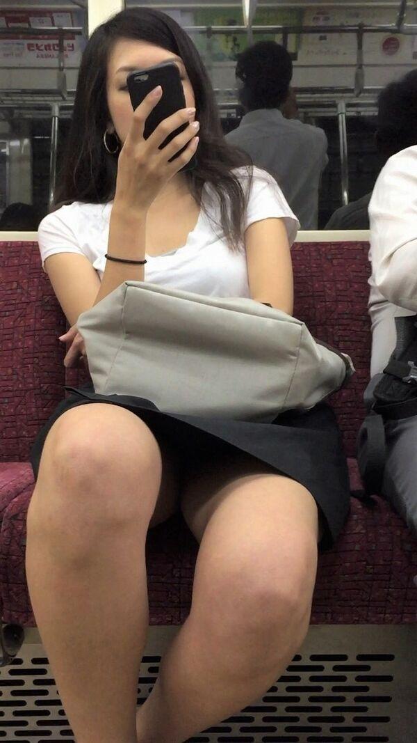 黒髪の色っぽい女性の下着を隠し撮り!