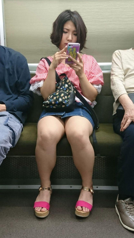 ショートヘア女性のムッチリ太ももに目が行く!