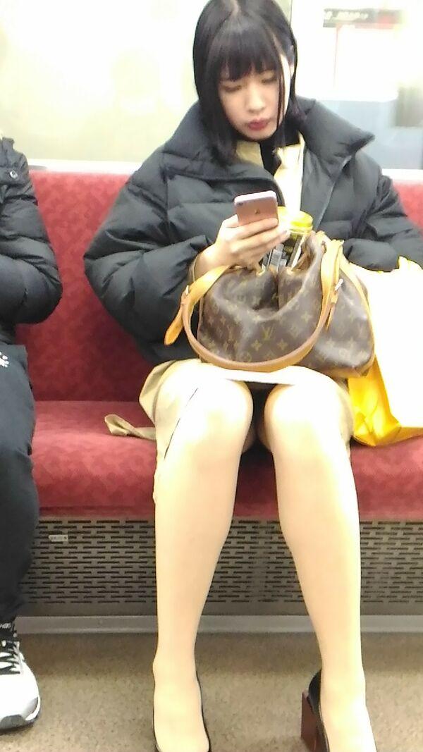 清楚な女の子のパンツを対面から激写する!