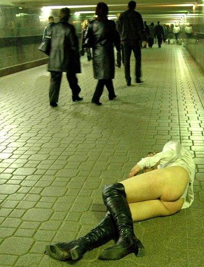 地下道でお尻丸出しで寝ているギャル!