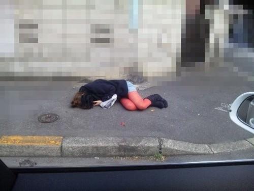 力尽きて歩道で熟睡してる素人さん!