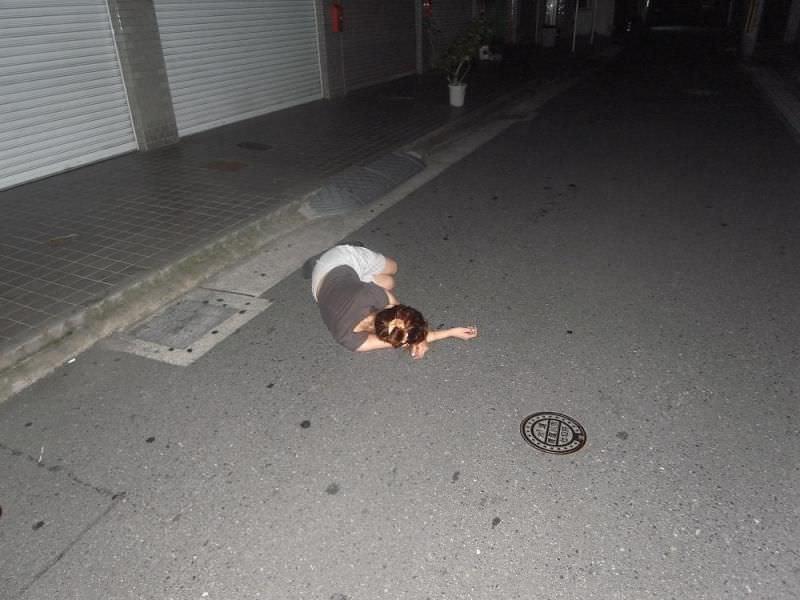 夜中に道端で熟睡してる素人娘!