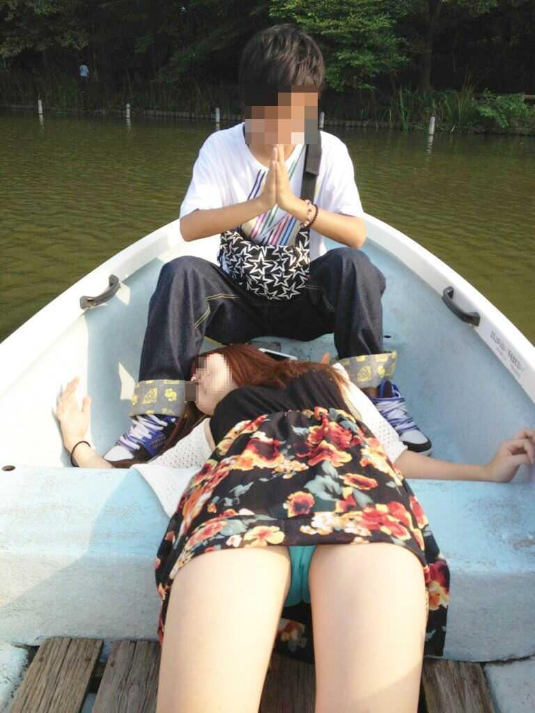 酔いつぶれた女性がボートの上で休憩している!