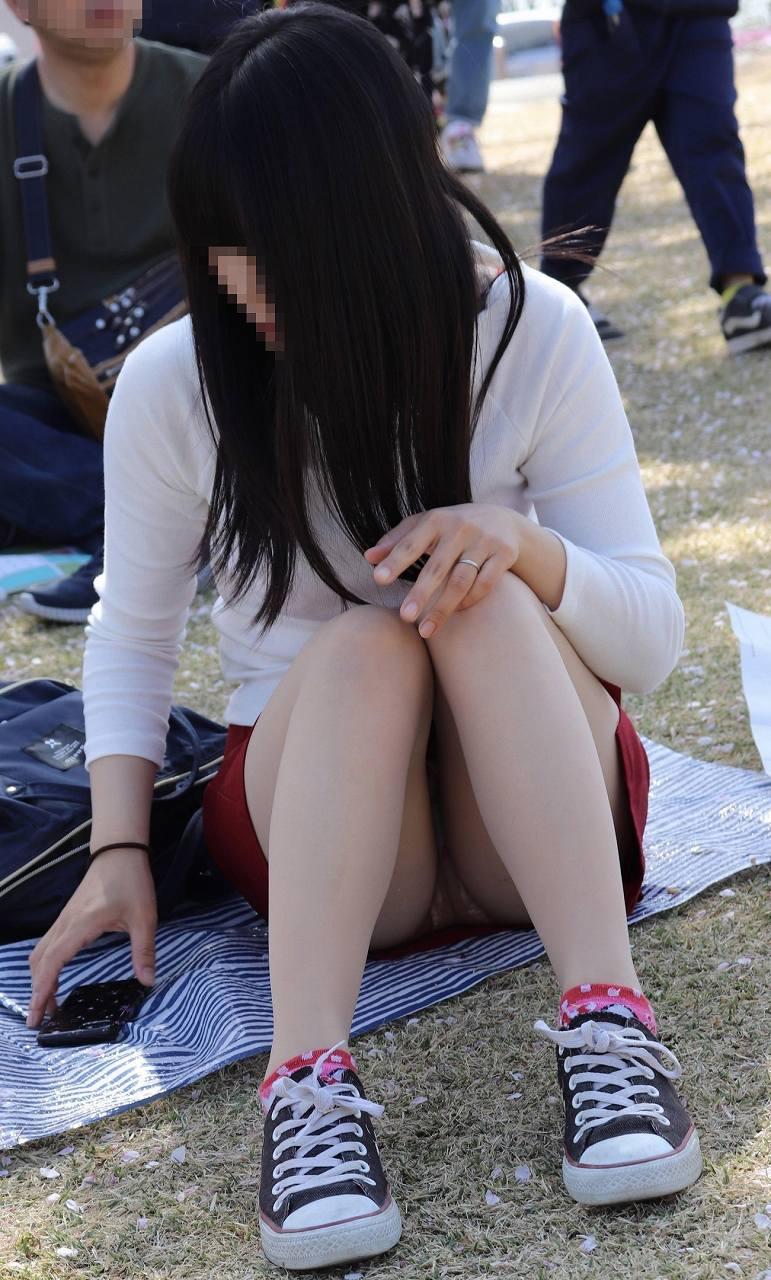 黒髪清楚なお姉さんのパンツを隠し撮り!