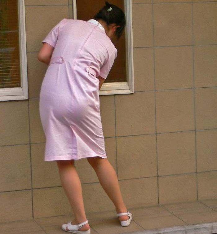 掃除中の看護師を後から隠し撮り!